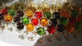 与酒精和不同的饮料的玻璃,杯酒和香槟在自助餐桌,在玻璃的红葡萄酒上 影视素材