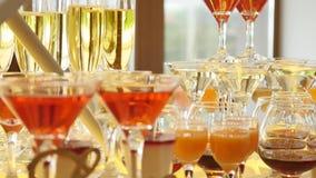 与酒精和不同的饮料的玻璃,杯酒和香槟在自助餐桌,在玻璃的红葡萄酒上 股票录像