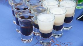 与酒精和不同的饮料的玻璃,杯酒和香槟在自助餐桌,在玻璃的红葡萄酒上 股票视频
