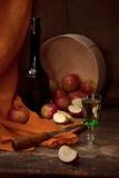 与酒精和苹果的葡萄酒静物画 免版税图库摄影