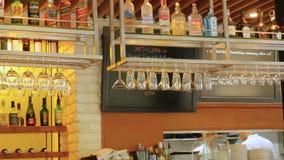 与酒精和玻璃的曼谷,泰国11月23日2015空的酒吧在餐馆 免版税库存图片