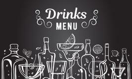 与酒精瓶和玻璃的传染媒介概述手拉的例证与在黑板背景的饮料 库存例证