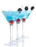 与酒精的蓝色马蒂尼鸡尾酒鸡尾酒行构成 免版税库存照片