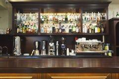 与酒精的酒吧柜台装瓶分类 免版税图库摄影