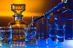 与酒精饮料的玻璃在酒吧的玻璃桌上 免版税库存照片