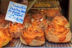 与酥脆上面和焦糖fi的法国人Craquelin含糖的奶油蛋卷 免版税图库摄影