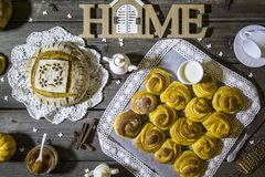与酥脆外壳、新芬芳南瓜卷和果酱的家制面包 免版税库存照片