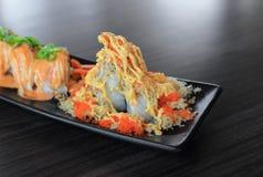 与酥脆天麸罗面粉和飞鱼獐鹿-日本食物食谱的特别寿司 库存照片