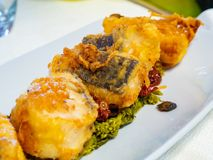 与酥脆油煎的鳕鱼的海鲜盘 库存图片