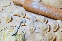 与酸奶干酪和土豆装填的未加工的饺子 免版税库存照片