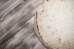 与酸奶干酪vatrushka的新鲜的饼在新的被烧的木背景 定调子 免版税库存照片