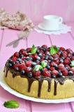 与酸性稀奶油和巧克力釉的莓果蛋糕 库存照片