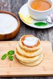 与酸性稀奶油的乳酪薄煎饼 免版税图库摄影