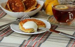 与酸性稀奶油的凝乳早餐 免版税库存图片