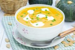 与酸性稀奶油的南瓜汤 免版税库存照片
