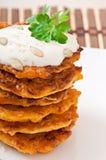 与酸性稀奶油的南瓜薄煎饼 库存图片