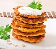 与酸性稀奶油的南瓜薄煎饼 免版税库存图片