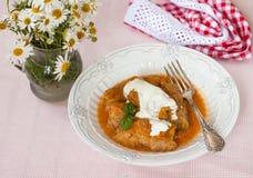 与酸性稀奶油的白菜卷在一块白色板材 库存图片