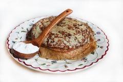 与酸性稀奶油的薄煎饼 库存图片