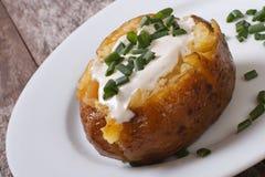 与酸性稀奶油的被烘烤的土豆 免版税库存图片