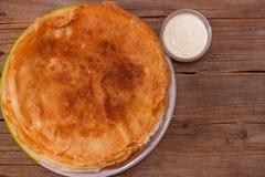 与酸性稀奶油的许多被烘烤的薄煎饼 免版税库存照片