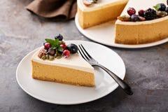与酸性稀奶油顶部的南瓜乳酪蛋糕 免版税库存照片
