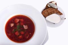 与酸性稀奶油,面包的乌克兰罗宋汤用猪油,全国盘 在白色板材的照片特写镜头 免版税图库摄影