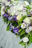 与醉汉的豪华装饰离开,白色八仙花属,精美奶油色玫瑰,紫色南北美洲香草,在一张婚礼桌上的蓝色虹膜在宴会 免版税库存图片