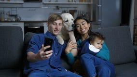 与采取在手机的狗的微笑的家庭sefie 影视素材