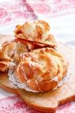 与釉的新鲜的自创甜桂香漩涡小圆面包 选择聚焦 库存图片