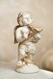与里拉琴,装饰品的天使 金黄装饰品 葡萄酒天使 弹竖琴的陶瓷天使 在大理石的丘比特小雕象 库存图片