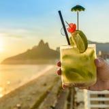 与里约热内卢,巴西海滩的鸡尾酒背景 免版税库存图片