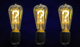 与里面发光的问号的电灯泡它,创造性概念 免版税图库摄影