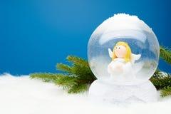 与里面天使的装饰雪地球 库存图片