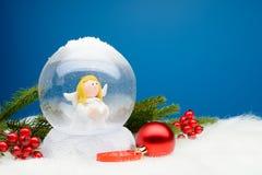 与里面天使的装饰雪地球 免版税库存照片