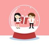 与里面妇女和一个人的雪地球,情人节概念 库存照片