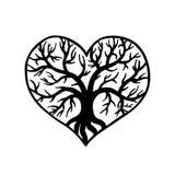 与里面树的透雕细工心脏 激光切口模板 库存图片