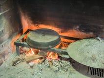 与里面燃烧的柴火和红色火焰的老传统石面包烤箱火炉 免版税库存照片
