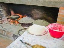 与里面燃烧的柴火和红色火焰的老传统石面包烤箱火炉 图库摄影