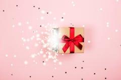 与里面红色弓和魔术的礼物 免版税库存照片