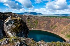 与里面蓝色湖的火山的火山口Kerid,与美丽的天空的晴天,冰岛 免版税库存图片
