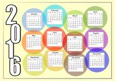 2016与重叠五颜六色的泡影,每个月在一个分开的圈子的彩虹的水平的日历 免版税库存照片