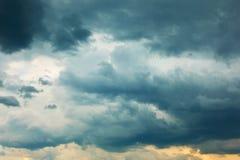 与重的云彩的剧烈的风雨如磐的天空 免版税库存照片