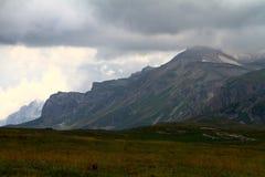 与重的云彩的逗人喜爱的北欧山风景,自然风景照片 库存照片