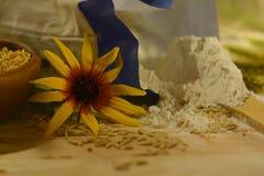 与野花、燕麦五谷和一盒的土气静物画面粉 免版税库存照片