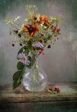 与野花花束的葡萄酒静物画在花瓶的 免版税库存照片