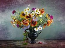 与野花花束的葡萄酒静物画在花瓶的 免版税库存图片