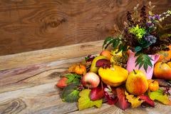 与野草的土气秋天焦点在桃红色投手花瓶 库存图片