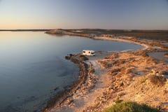 与野营车的日落海洋岸的7 图库摄影