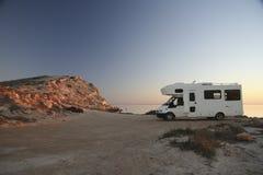 与野营车的日落海洋岸的8 图库摄影